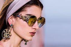 Acessórios e joias exuberantes da alta-costura de Paris: uma seleção da Vogue você confere agora clicando no link da bio. Dos maxicolares da Giorgio @armani Privé e da @dior passando pelos brincos e óculos exuberantes de @eliesaabworld (na foto) escolha o seu item preferido da temporada! #voguenacouture #couture #joia #altacostura  via VOGUE BRASIL MAGAZINE OFFICIAL INSTAGRAM - Fashion Campaigns  Haute Couture  Advertising  Editorial Photography  Magazine Cover Designs  Supermodels  Runway…