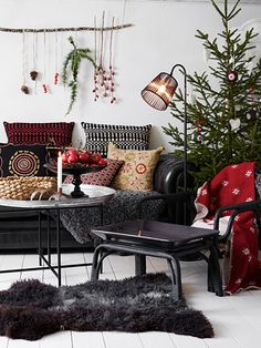 Love the simplicity of this room & the contrast of dark & light. a Scandinavian Christmas