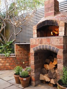 Pizza oven outdoor kitchen - Installing a wood fired pizza oven in our garden – Pizza oven outdoor kitchen Brick Oven Outdoor, Brick Bbq, Pizza Oven Outdoor, Outdoor Kitchen Bars, Outdoor Kitchens, Outdoor Patios, Outdoor Rooms, Build A Pizza Oven, Pizza Oven Kits