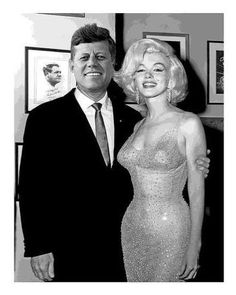 "May 1962 Marilyn Monroe and celebrity promoter Earl Blackwell pose for a photo at the birthday gala for President John F. Kennedy, where she sang ""Happy Birthday Mr. President"" in Madison Square Garden New York.Ten days before JFK actual birthday. Estilo Marilyn Monroe, Marilyn Monroe Fotos, Marilyn Monroe Kennedy, Marilyn Monroe Body, Marilyn Monroe Birthday, Marilyn Monroe Drawing, Marilyn Monroe Poster, Hollywood Stars, Classic Hollywood"