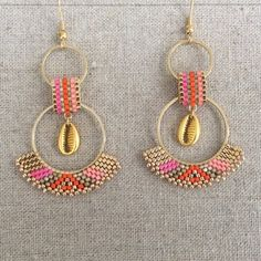 Orange and fuchsia Creole earrings with a golden cauri shell – Art Center Bead Jewellery, Beaded Jewelry, Handmade Jewelry, Seed Bead Earrings, Beaded Earrings, Hoop Earrings, Perle And Co, Miyuki Beads, Shell Pendant