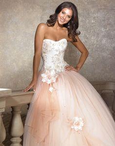 Super romántico y delicado un #vestido de #quinceaños con apliques de flores y tonos rosados.