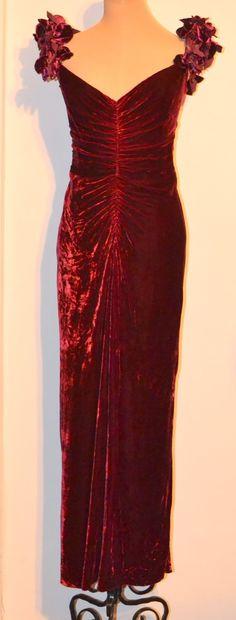 O piesa SENZATIONALA , RARA  semnata de designerii care au creat pt Printesa Diana, Katherine Hepburn, Liz Taylor  : Rochie  vintage  BELLVILLE SASSOON LORCAN MULLANY  din catifea de matase pura  100%- aspect de articol nou. Captusita .Fermoar lung la spate.Pe lungimea lui,rochia fronsata delicat .De asemenea,pe aceeasi lungime, fronsata si in fata .  Masura 14 UK -Bust cca 98 cm,talie 78 - 80 cm,sold cca 110 cm ,lungime 150 - 160  cm  trena spate) . Mult mai frumoasa in realitate!