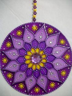 """Mandala """"PODER Violeta"""": Violeta asociado con (energía cósmica) de la Gran Hermandad Blanca de Maestros Ascendidos; son seres iluminados que protegen y guían la humanidad milenios. Además de activar el poder de la transmutación y la limpieza de la energía de la Llama Violeta, este mandala también simboliza el orden cósmico y el logro de una fe inquebrantable en el Mundo Espiritual. Representa la realización del ciclo de terreno, la instalación de la Orden perfecto. Cd Crafts, Hobbies And Crafts, Diy And Crafts, Arts And Crafts, Mandala Art, Cd Recycle, Recycled Cds, Cd Diy, Stained Glass Patterns"""
