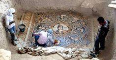 Un team di archeologi guidati dal professor Kutalmış Görkay della Ankara University ha recentemente portato alla luce tre antichi mosaici greci nella città turca di Zeugma, vicino al confine con la Si