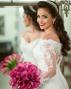 Via ouniversodasnoivas Wedding Dress Trends, Wedding Gowns, Sandro, Hair Inspiration, Wedding Inspiration, Wedding Ideas, Magenta Wedding, Off Shoulder Wedding Dress, Hair Vine