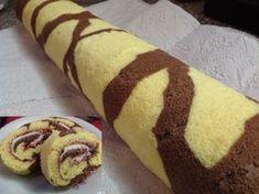 Žirafí krk? Piškotová roláda s pěkným vzorem, krémem a zdobená šlehačkou. Recept s obrázky pro ilustraci. Vím, že žirafa má hnědé fleky s bílým obrysem... Russian Recipes, Hot Dog Buns, Food Art, Nutella, Smoothie, Cooking Recipes, Sweets, Bread, Cookies