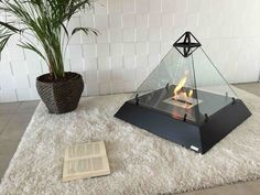 イタリアのバイオエタノール暖炉のブランド、bioKaminoが製作した「LOUVRE fireplace」はルーヴル美術館のガラスのピラミッドをイメージした、炎を四方から見ることが可能な暖炉です。