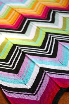 .Missoni-like chevron blanket (love the three dimensional optical illusion). Free pattern: http://www.ravelry.com/patterns/library/missoni-inspired-chevron-blanket