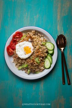How To Make Nasi Goreng Rendang (in Less Than 15 Minutes). Leftover rendang paste is turned into delicious and addicting nasi goreng rendang you can whip up in less than 15 minutes from start to finish. Instant Pot Asian Recipes, Easy Asian Recipes, Ethnic Recipes, Best Broccoli Recipe, Broccoli Recipes, Balinese Recipe, Veg Fried Rice Recipe, Recipetin Eats, Nasi Goreng