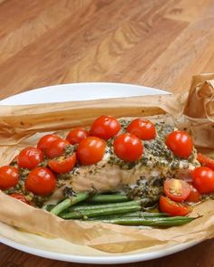 Servings: 1INGREDIENTSParchment paper or aluminum foil, 12x18 inches3 ounces green beansOlive oil to tasteSalt & pepper to taste6 ounces skinless salmon2 tablespoons pesto10 cherry tomatoes, halvedPREPARATION1. Preheat oven to 350°F/180°C.2. Fold the parchment paper in half, then open up.3. On one half, lay down the green beans. Drizzle on oil and sprinkle on salt & pepper.4. Lay the salmon on the green beans, and spread on the pesto. Top with tomatoes.5. Fold the parchment paper over the…