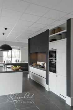 Projecten | RhijnArt Keukens uit Kesteren Kitchen Cabinet Layout, Modern Kitchen Cabinets, Kitchen Interior, Kitchen Dining, Kitchen Decor, Grey Kitchen Floor, Kitchen Flooring, Plafond Design, Shelf Furniture