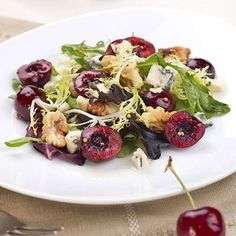 Have you ever had fresh cherries in a salad before? Well if you haven't, this Frisée Salad with Fresh Cherries, Roasted Walnuts and Blue Cheese is a great first recipe to try. Cherry Recipes, Raw Food Recipes, Blue Cheese Salad, Roasted Walnuts, Green Salad Recipes, Salad Bar, Fresh Fruit, Favorite Recipes, Stuffed Peppers