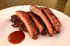Le costine di maiale si preparano bagnando la carne in una marinata di vino, timo e alloro, successivamente saranno asciugate e cotte sulla griglia p...
