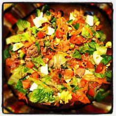 סלט מושקע לארוחת ערב. חסה, מלפפון, עגבניה, גזר, טונה, ביצה קשה ולימון. שווה