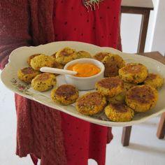 roquetas de mijo con verduras y de arroz yamaní con choclo, acompañados de mayonesa de zanahorias.