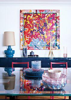"""Bougeoir """"Abbracciaio"""" de Philippe Starck Kartell. Sur la table, vaisselle Jelly de Patricia Urquiola..."""