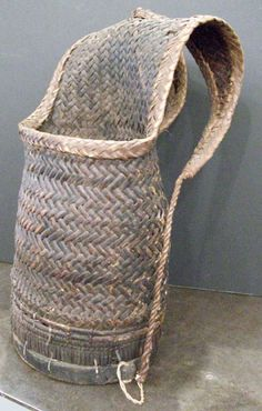 Lønning, this reminded me of you - Woven Thai fishing backpack Fishing Backpack, Bountiful Baskets, Weaving Art, Flax Weaving, Bamboo Basket, Basket Bag, Designer Backpacks, Weaving Techniques, Wabi Sabi