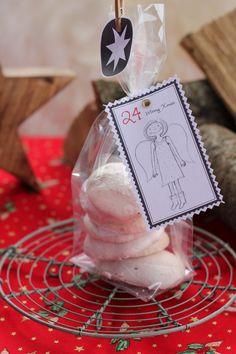 Weihnachtliche Mini Baisers, die kleine süße Verführung. Als Geschenk aus der Küche für Weihnachten oder Advent, als Mitbringsel oder für Kinder. Und hier ist das Rezept http://wolkenfeeskuechenwerkstatt.blogspot.de/2012/12/adventskalender-19-turchen-baisers.html