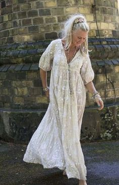 50 looks with long dresses for all ages Style Boho, Bohemian Style Clothing, Gypsy Style, Boho Fashion, Fashion Dresses, Mode Plus, Comfortable Outfits, Mode Style, Boho Outfits