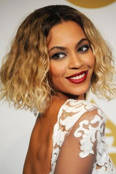 Shoulder length bob, with blonde curly tips, and dark roots, worn by beyonce short bob hairstyles Party Hairstyles, Celebrity Hairstyles, Hairstyles Haircuts, Beyonce Hairstyles, Diy Maquillage, Beyonce Makeup, Celebrity Beauty, Synthetic Hair, Beauty Secrets