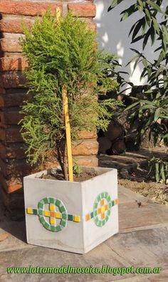 La Trama del Mosaico: Método Directo: Maceta con venecitas. Concrete Crafts, Concrete Projects, Mosaic Projects, Cement Art, Concrete Art, Mosaic Planters, Planter Pots, Mosaic Bottles, Concrete Block Walls