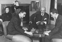 Cumhurbaşkanı İsmet İnönü'nün, eşi Mevhibe İnönü, oğulları Ömer ve Erdal İnönü ve kızı Özden İnönü ile mutlu bir aile tablosu (1 Ocak 1940).