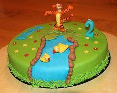 Verjaardagstaart, tijgetje en de twee zijn niet eetbaar, de rest wel.