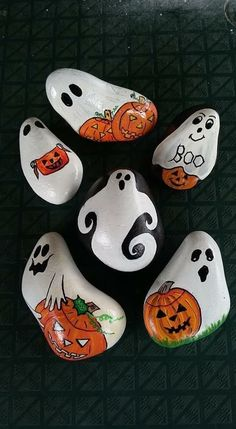 Halloween is favorite Holidays. Painting rocks is a fun new way to create this holiday. There are Scary Halloween Painted Rock Ideas.Beautiful & Unique Rock Painting Ideas , Let's Make Your Own Creativity Paint these rocks and get ready for one of my Art Halloween, Halloween Rocks, Halloween Painting, Halloween Decorations, Halloween Arts And Crafts, Halloween Spider, Rock Painting Ideas Easy, Rock Painting Designs, Rock Art Painting