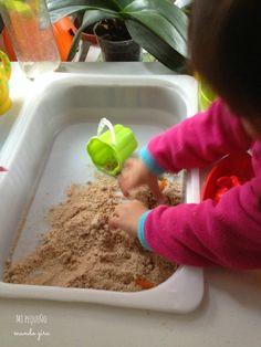 La semana pasada en este post,os conté como utilizamos la mesa sensorial que le hicimos a la peque y hoy seguimos con mas ideas para que exploren sensorialmente diferentes materiales.Una de las cos…