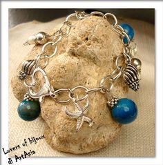 3029(51) - Bracciale con charms, perle color del mare e componenti argentati. Fatto a mano, handmade in Italy
