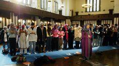 En 2005 Amina Wadud, professeure d'études islamiques de l'Université du Commonwealth de Virginie, a fait sensation en présidant la prière du vendredi devant une congrégation mixte à New York.