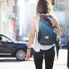 「小さく携帯、大きく使える」手のひらサイズで持ち運べる超軽量コンパクトのバックパックです