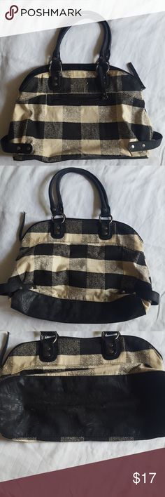 """Roxy Handbag Black/cream checkered pattern handbag. Good used condition! Several pockets. Measurements: approx 17"""" wide, 11"""" high. 👜 reasonable offers always welcome! Roxy Bags Shoulder Bags"""