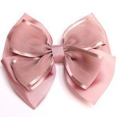 Lazo triple liso para el pelo en color rosa nude combinado con dos tipos de cinta. La lazada inferior y el cruce son de faya y la lazada superior de gasa con...