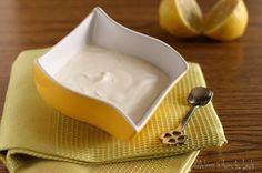 La ricetta base per creare a casa vostra la panna acida o panna agra, un crema bianca e acidula per preparazioni dolci e salate.
