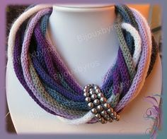 What a beautiful idea for a crocheted necklace. Knitted Necklace, Knit Bracelet, Diy Necklace, Bracelets, Necklaces, Rope Jewelry, Fabric Jewelry, Leather Jewelry, Joining Yarn Knitting
