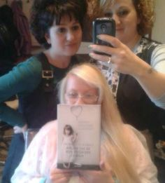 The most beautiful Isabella in the world: lovely Isabella Fiorucci and her pretty hairdressers reading Se ho paura prendimi per mano.