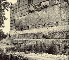 If a long lost advanced ancient technology ever existed on Earth, then the megalithic stones of Baalbek are surely evidence of it. The ancient megalithic site of Baalbek boasts perfectly… Ancient Ruins, Ancient Art, Ancient History, Nephilim Giants, Temple Ruins, Unexplained Mysteries, Mystery Of History, Sumerian, Ancient Architecture