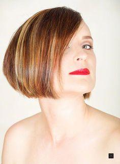 mujer con un peinado corto y tres tono rubio color de cabello tejido