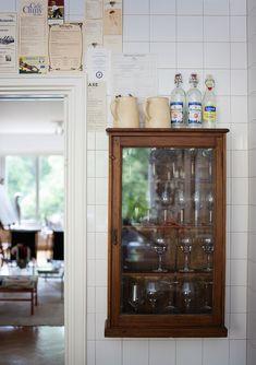 Gamla menyer och vitrinskåp skapar hemkärlek i allas kök