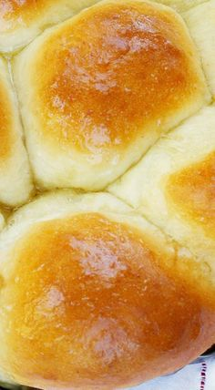 Flour, yeast, butter and milk is all you need to create these soft and fluffy rolls in less than half an hour! These foolproof 30 minute dinner rolls are so easy to make Homemade Dinner Rolls, Dinner Rolls Recipe, Homemade Breads, Quick Dinner Rolls, Homemade Yeast Rolls, Homemade Biscuits, Quick Yeast Rolls, No Yeast Dinner Rolls, Easy Rolls