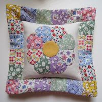 love this! Quilting Projects, Sewing Projects, Dresden Plate Quilts, Applique Quilt Patterns, Country Quilts, Miniature Quilts, Kids Pillows, English Paper Piecing, Quilted Pillow