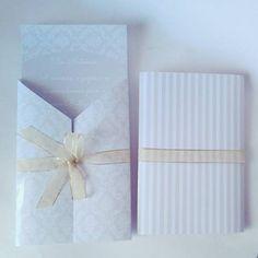 Convite provençal com envelope tipo lapela e fita. Cores: verde menta e branco.  Tamanho: 13cm x 9cm Impressão: qualidade fotográfica, colorida, em papel fotográfico a prova d'água (230g - convite, 180g - lapela)  COMPRE EM: www.vitrine.elo7.com.br/boutiquedeencantos EMAIL: boutiquedeencantos@gmail.com