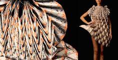 Robe en papier plié de la designer allemande Jule Waibel. matière: papier imprimé technique: plissage