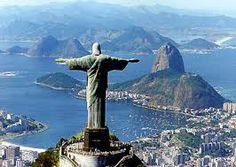 Esta imagen del Cristo Redentor es una escultuera de 38 metros de alto con los brazos abiertos mosterando Rio de Janeiro. Fue inagura el 12 de octubre de 1931 y representa el dia de la Hispanidad el dia en el que Colon llego a America. Considerada la estatua Art decó más grande en el mundo, es reconocida como una de Las Nuevas Siete Maravillas del Mundo Moderno.