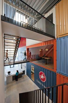 Innen bleiben die Container als einzelne Räume erhalten. Verbunden durch Treppen.  Raum im Raum