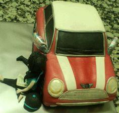 Tarta coche Mini con amazona leyendo.