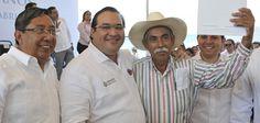 El gobernador, Javier Duarte de Ochoa, entregó más de 900 escrituras y documentos agrarios a beneficiarios de 17 colonias y los ejidos Santa Fe y San José, del municipio de Veracruz, el pasado miércoles, primero de abril del 2015.
