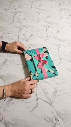 Cute Gift Wrapping Ideas, Gift Wrapping Tutorial, Creative Gift Wrapping, Creative Gifts, Fun Diy Crafts, Diy Crafts Videos, Paper Crafts, Gift Wrapping Techniques, Gift Wraping